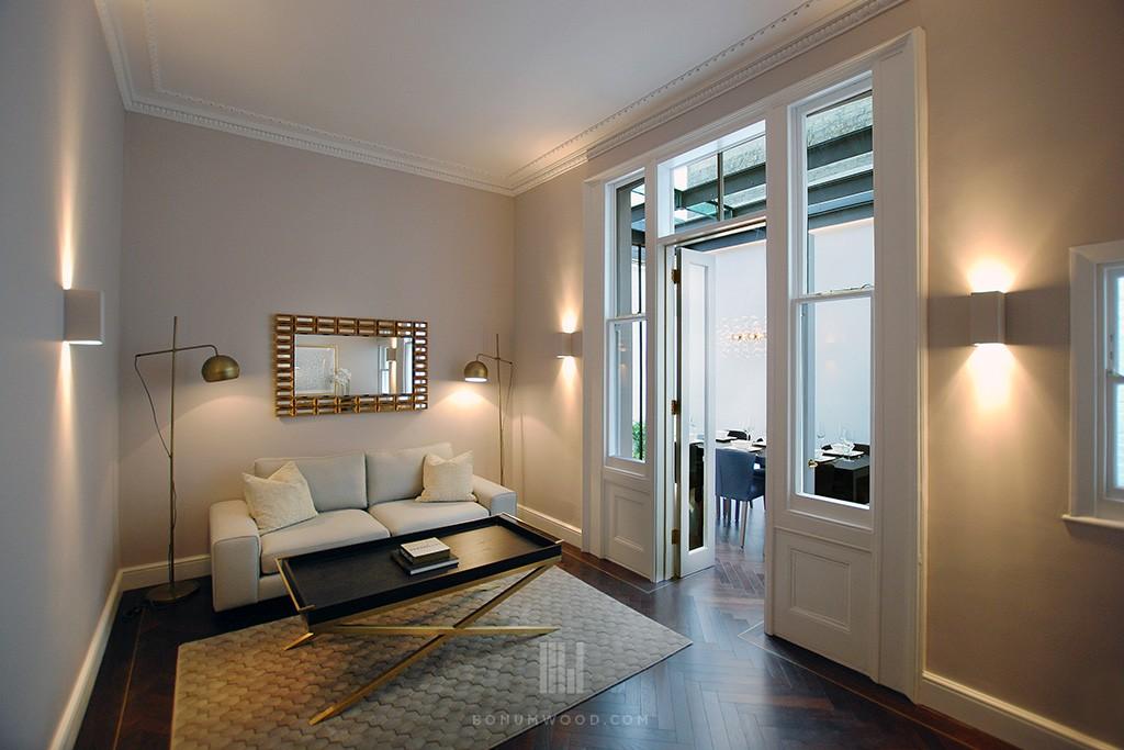 Smulkios eglutės rašto medinės grindys bute