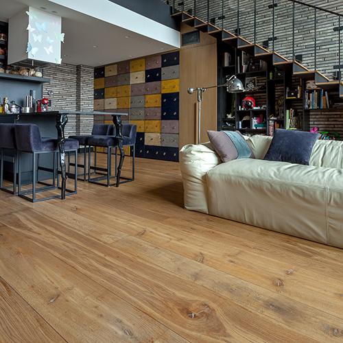 Lofto interjeras, sendinto ąžuolo grindys