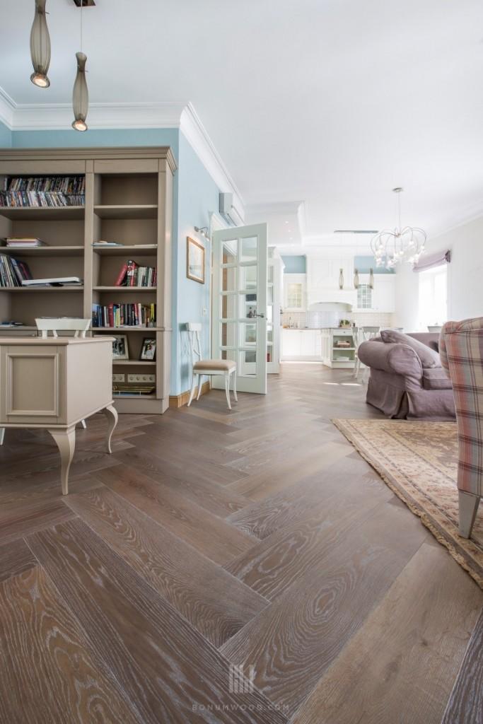 Prabangus interjeras, medinės grindys, eglutė