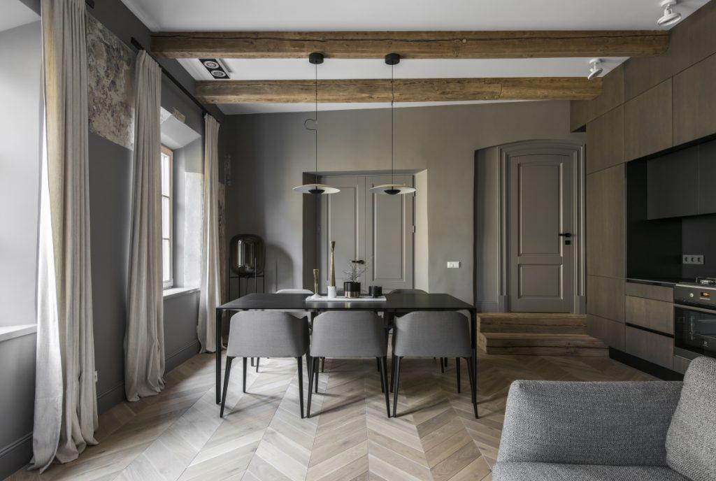 Tamsus interjeras, eglutės grindys, instorinis interjeras, gyvenamasis kalbarys interjeras