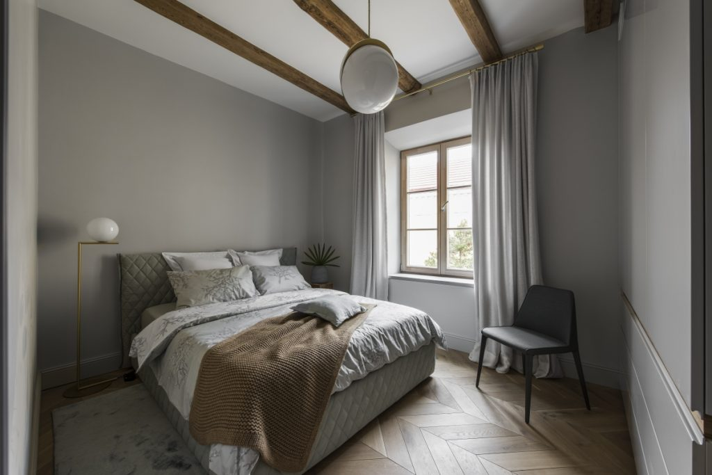 Tamsus interjeras, eglutės grindys, instorinis interjeras, miegamasis