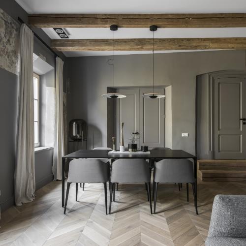 egultės rašto grindys interjere, medinės eglutės grindys, balintos parketlentės