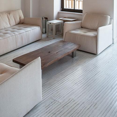 baltos obliuotos medinės grindys